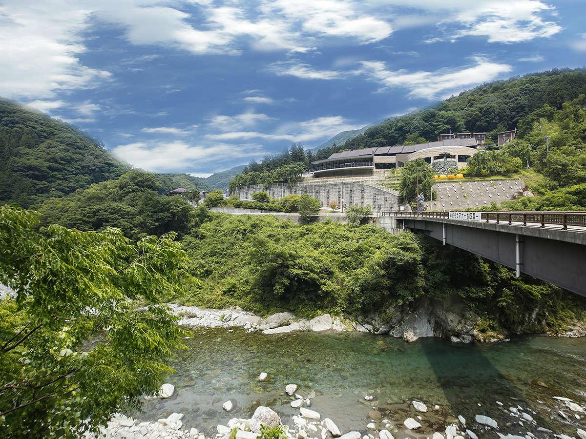 """日本一の清流""""穴吹川""""のほとりに位置しております。生活音や日常から離れた""""心休まる""""滞在"""