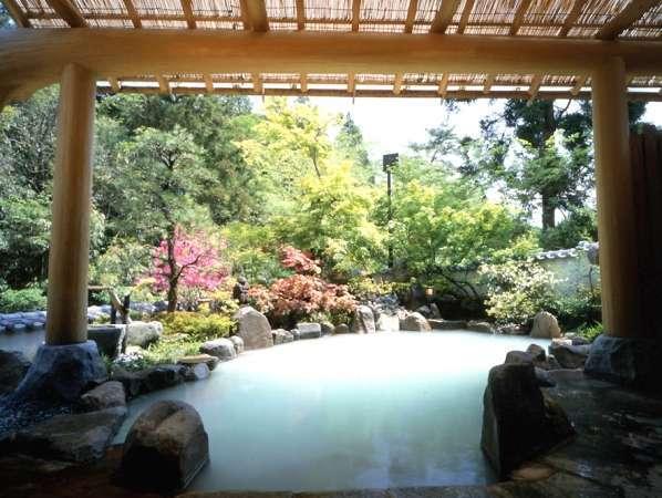 露天風呂【せせらぎの湯】源泉掛け流しの温泉です。