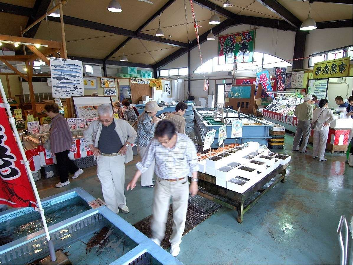 敷地内に魚魚市場(海鮮市場)があります新鮮なお魚や干物などお求めいただけます