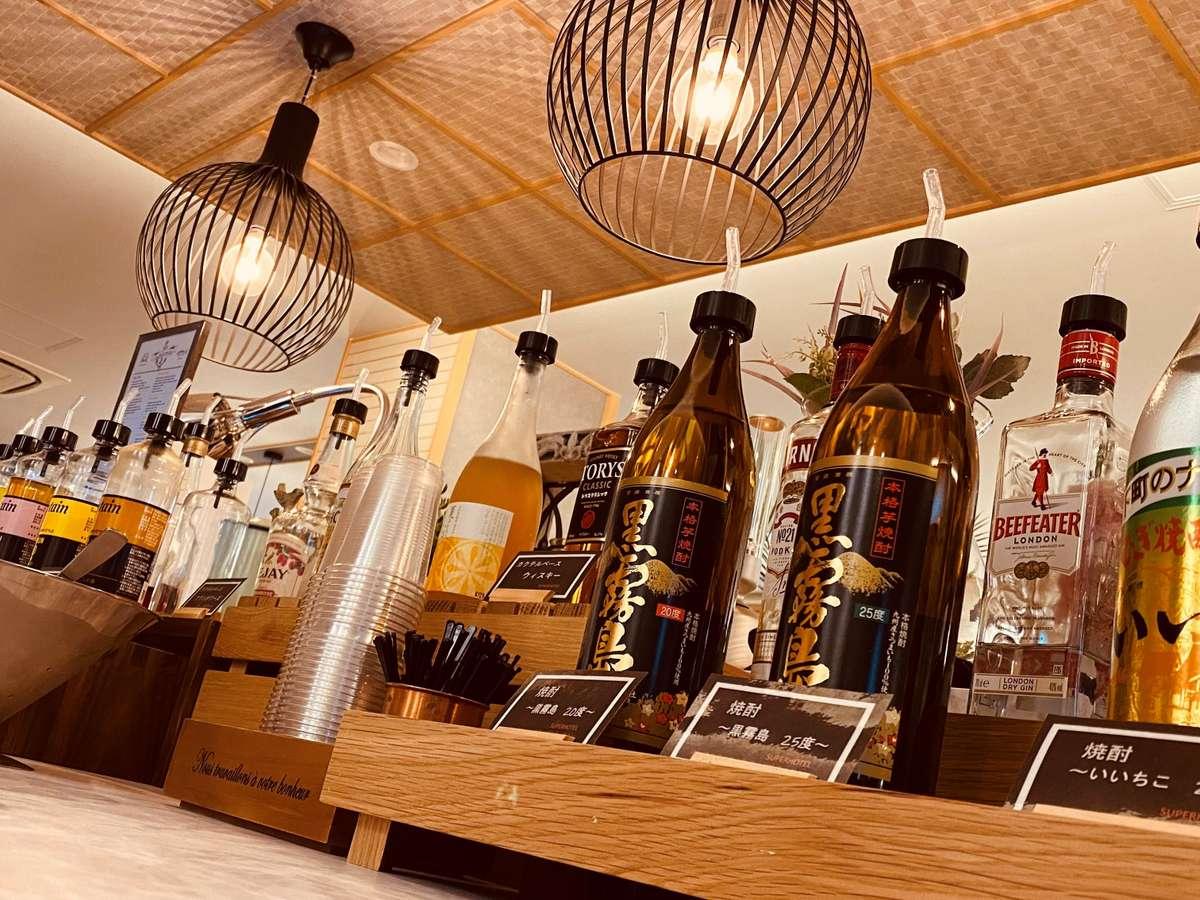 ウェルカムバー(無料)でお酒が飲めます(18:00~21:00)各種アルコールとソフトドリンクをご用意。