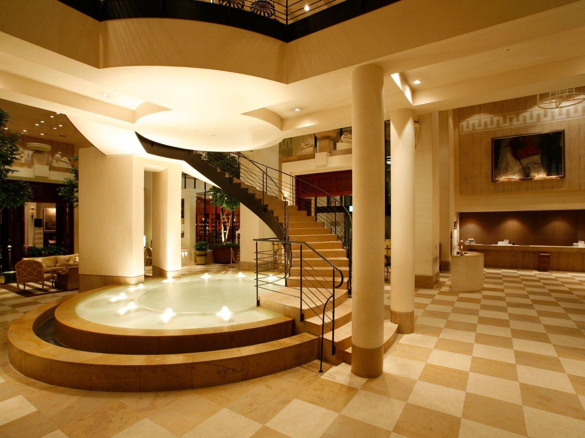 【1階ロビー】らせん階段とアクアスペースを備えたエレガントな空間にて憩いのひとときを。