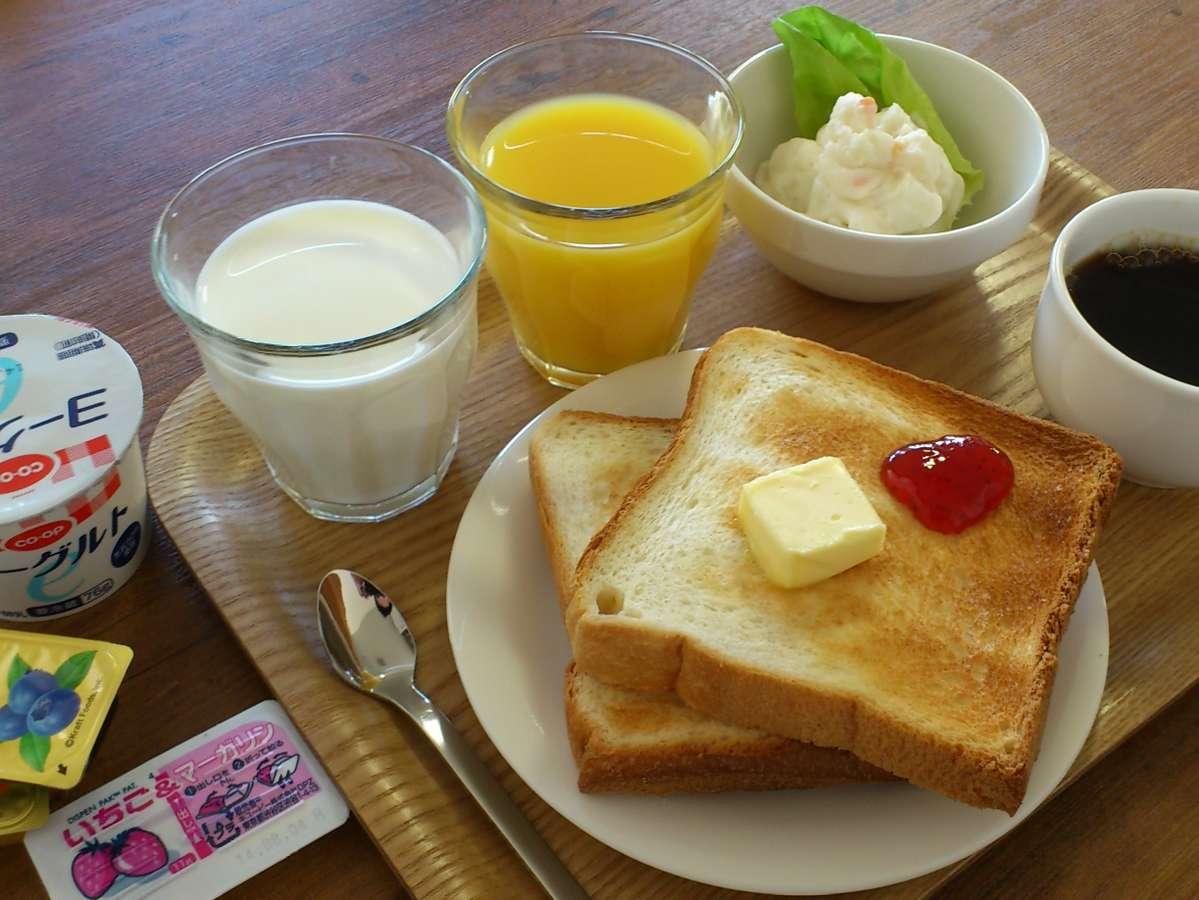 【朝食メニュー】セルフ形式でパン、ミルク、ジュース、コーヒー、ポテトサラダ、ヨーグルト。