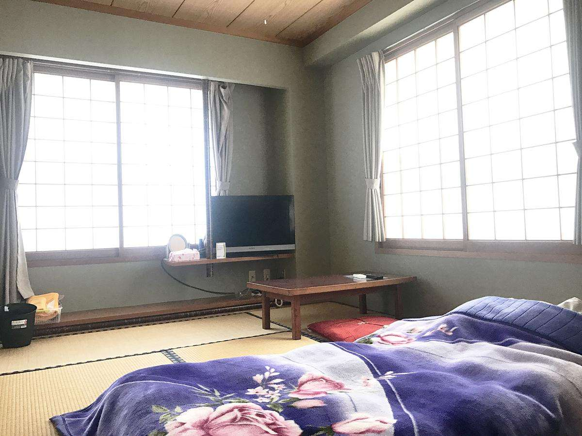 お部屋は広々の防音設計。お布団はチェックイン時に敷かせていただいてますのですぐくつろげます。