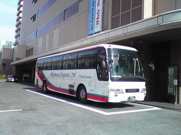 ホテル玄関前より中部国際空港行きバスが発着しています(所要時間82分・片道1900円)