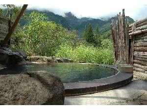 無料の貸切風呂【地獄釜の湯】直径約3メートルの釜を湯船にしています。