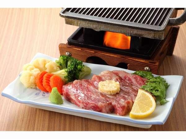 3,000円(税別、予約注文がオススメ)。A5ランク黒毛和牛「秋田牛鉄板焼き」、お好みの焼き加減でどうぞ。