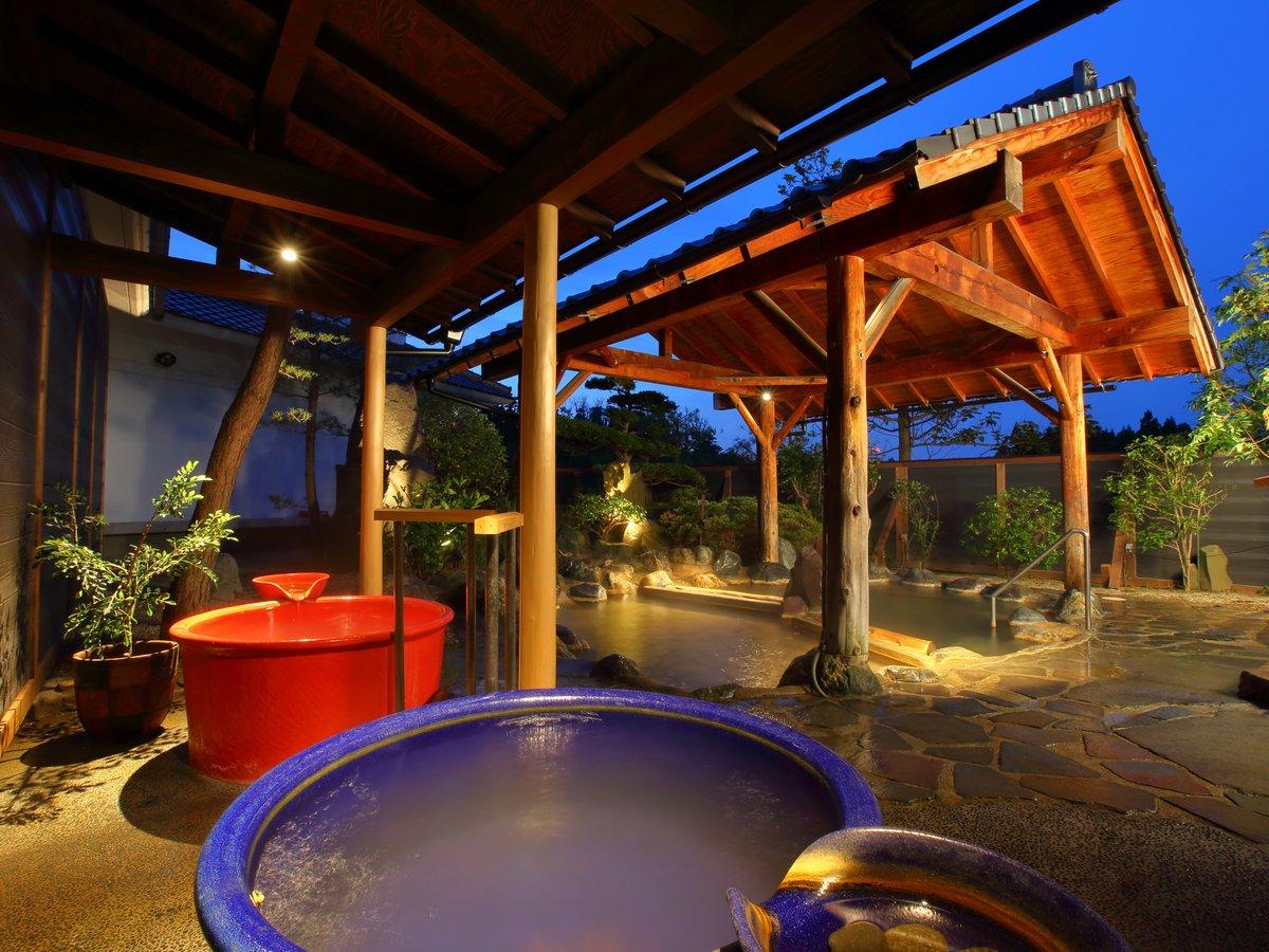 女性大浴場「雅の湯」露天風呂。季節の草花に囲まれながら朝陽の赤と男鹿の海の藍、ツボ風呂もお勧め。