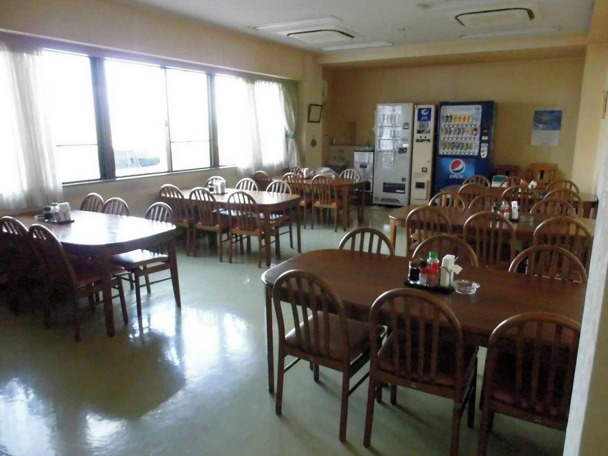 明るく広々とした温かみのある食堂