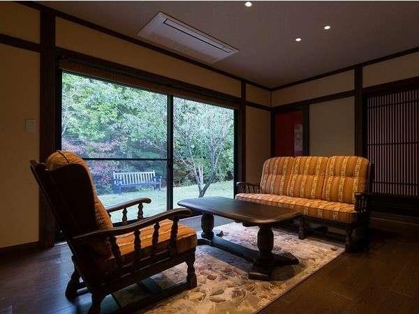 Cタイプ(特別室)客室重厚感のある家具で落ち着いた雰囲気