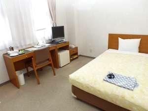 広々ゆったりのスペーシャス・シングルルーム。全室個別空調&ウォッシュレット有