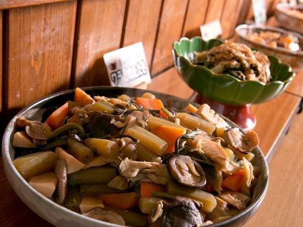 優しい味の煮物など、昔懐かしい料理がならびます