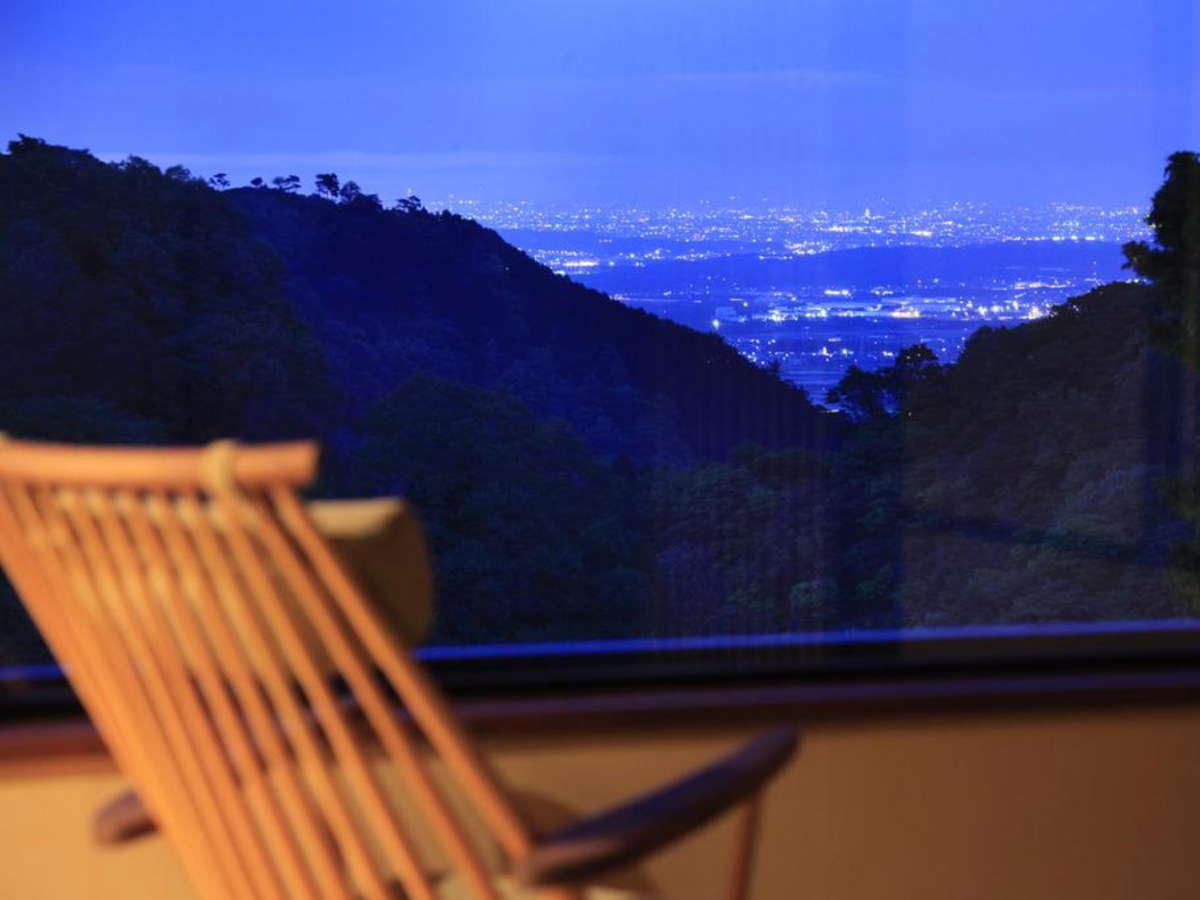 客室からは渓谷の大自然のほか、夜景も望めます