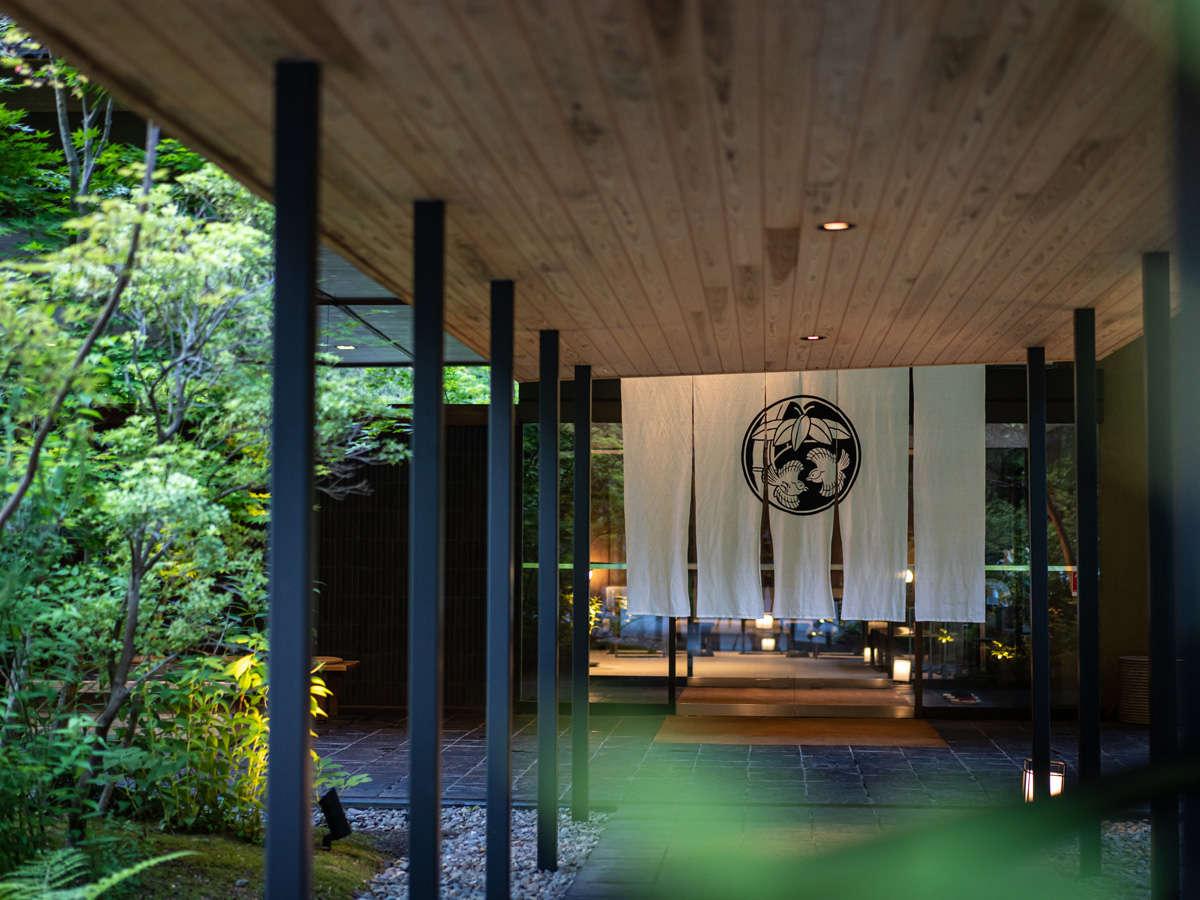 2019年に佳松亭のエントランスをリニューアルいたしました。自然に囲まれた積善館をお楽しみください。
