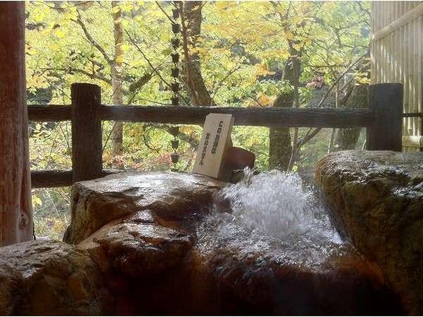 炭酸泉を楽しむ露天風呂