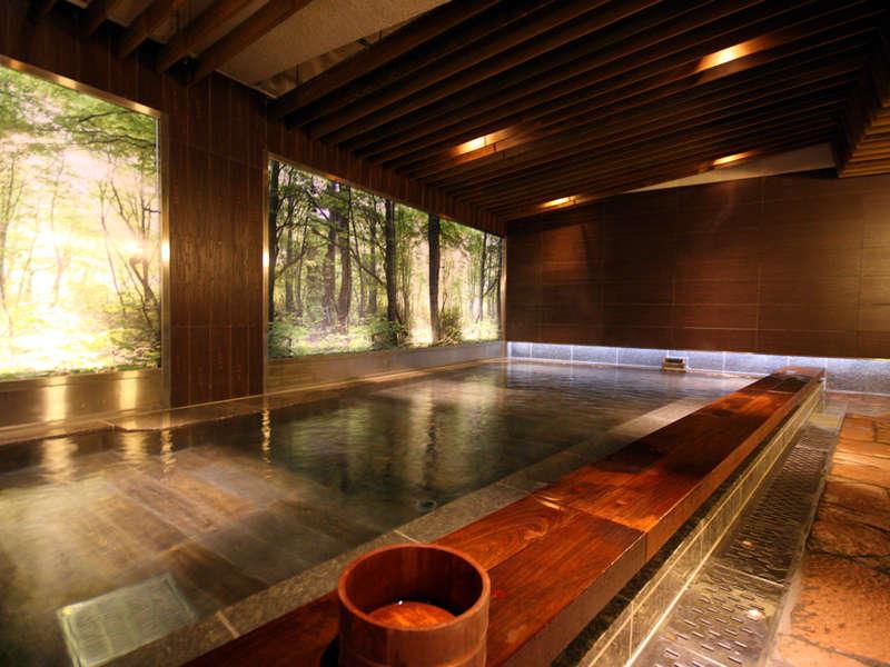 【「湯遊天国(本館)」男性内湯】美しい木々を眺める内湯。