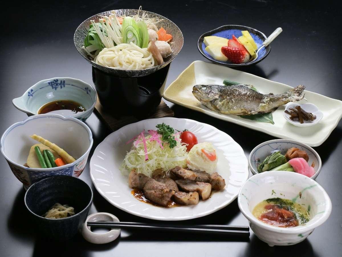 心も体も温まる、当館自慢のスタンダード鍋料理です。食材にこだわった信州味覚をお楽しみください♪