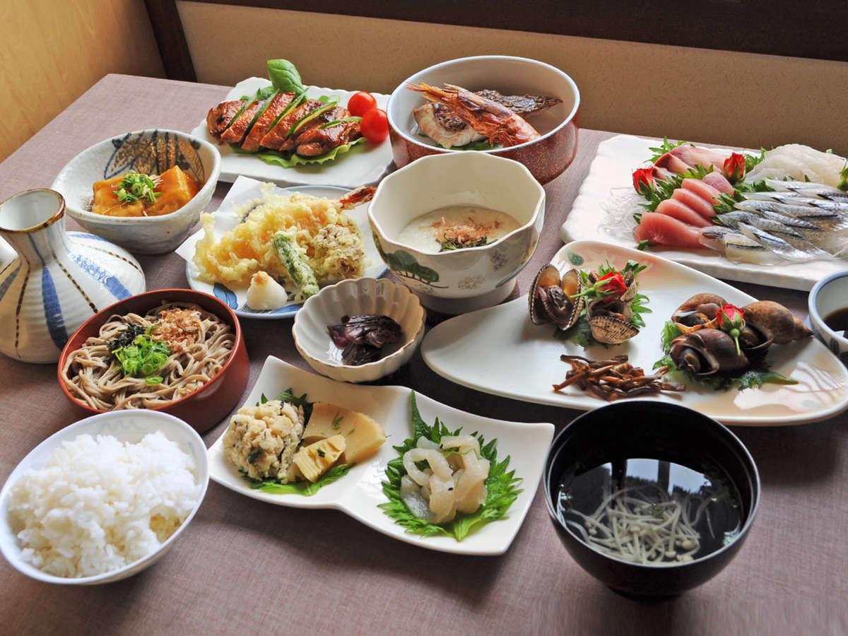 【松夕食一例】当館自慢の満腹夕食!海の幸・山の幸をおなかいっぱいお召し上がりください♪