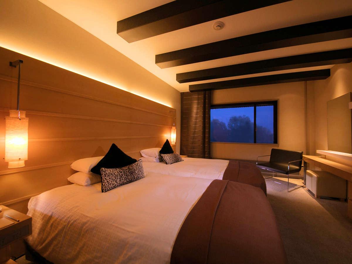 【ジュニアスイート】〔ベッドルーム〕 ふかふかベッドで森のささやきを子守歌に眠る、上質な夜を。