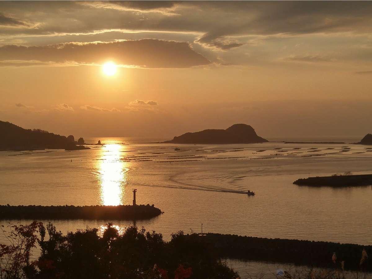 全客室から見渡せる北浦湾と朝日。朝日を眺めながらお風呂に浸かってみてはいかがでしょうか?