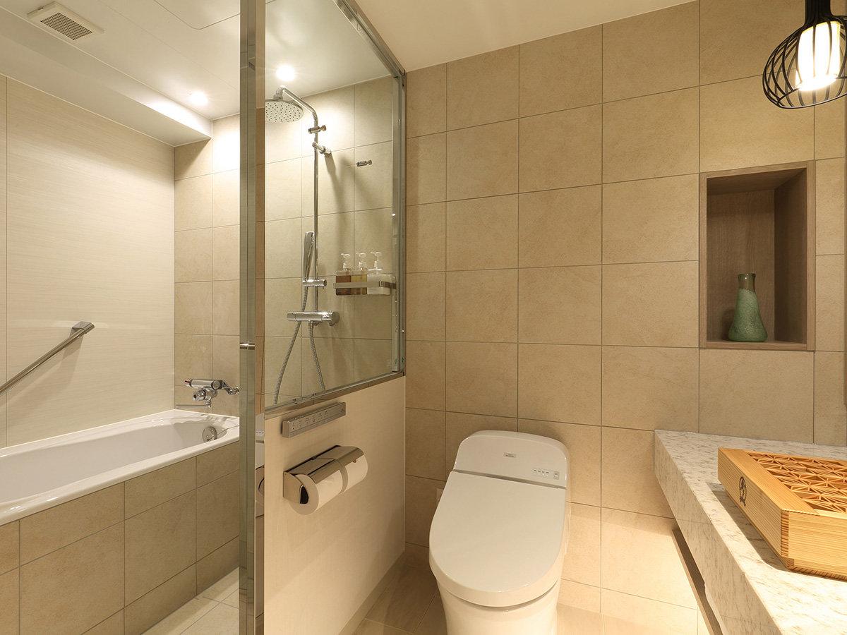 ツイン・洗い場付バスルームはガラスで仕切られています。