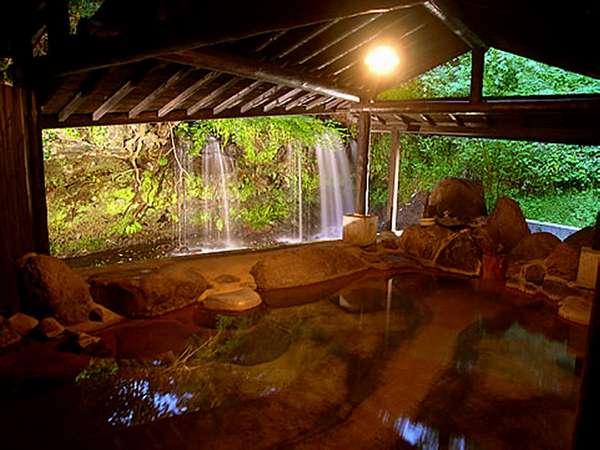 【風呂】お風呂のすぐそばを川と滝が流れる眺めのいい貸切の明神風呂