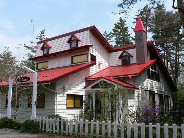 赤い屋根・風見鶏が目印のかわいい別荘です。