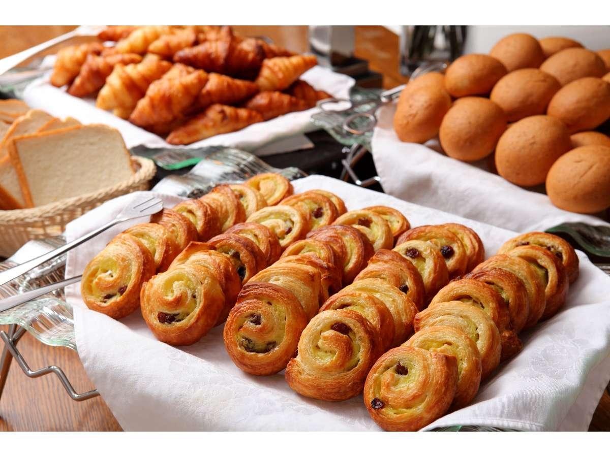 毎朝厨房で焼き上げるサクサクのパン♪朝食のバイキングでご用意します
