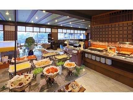 姉妹館朝食会場焼き立てパンが大好評。和洋ビュッフェで朝から大満足なお食事をどうぞ。