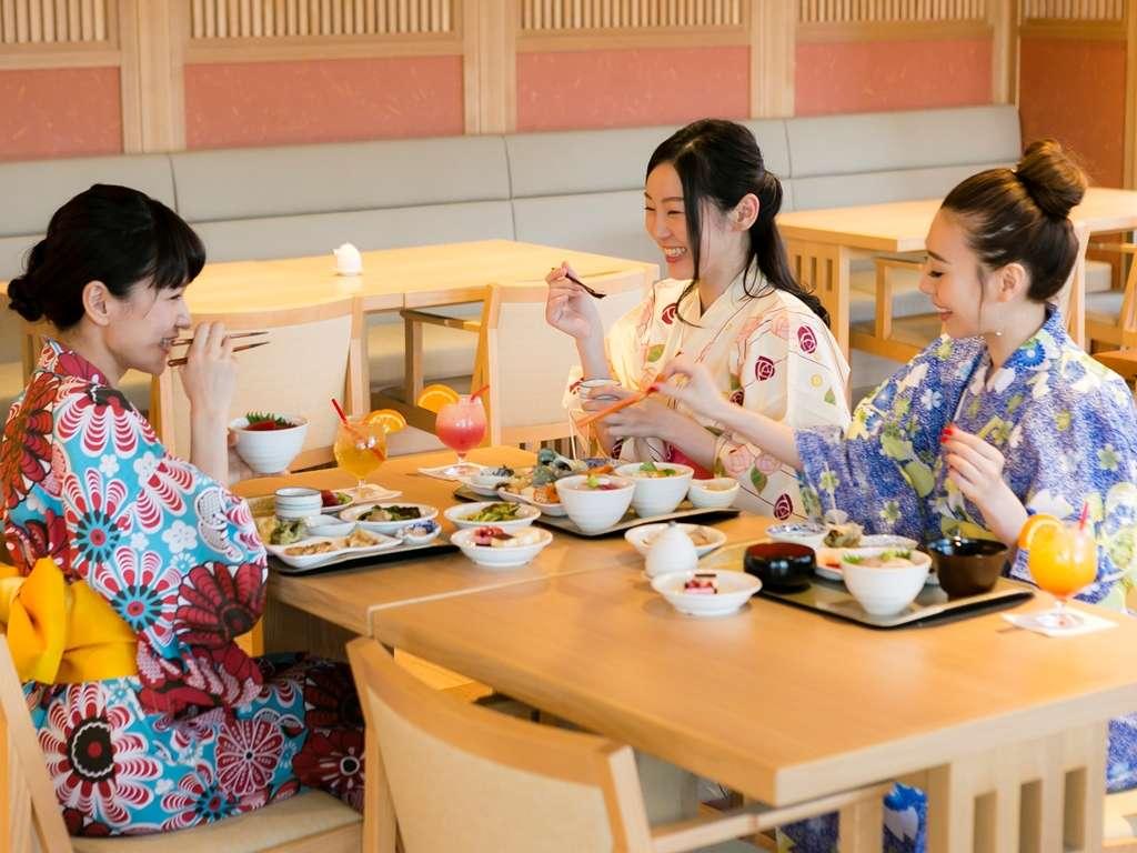 【夕食バイキング一例】美味しい料理で会話も弾む☆明日は何しよう?
