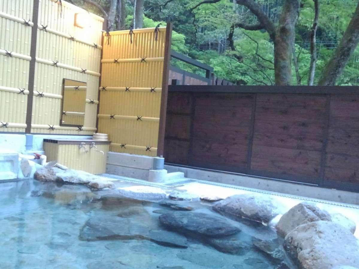 溶岩洞窟温泉の男女別露天風呂