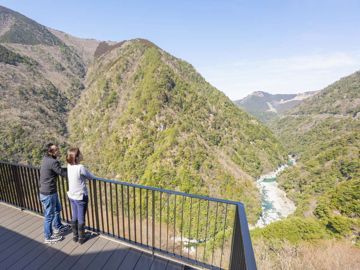 ケーブルー横に設置した雲の上テラス。絶景の渓谷を一望できます