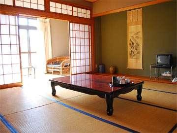 13畳の客室。年代なりの古さはありますが、緑が多くとても静かに過ごせます。