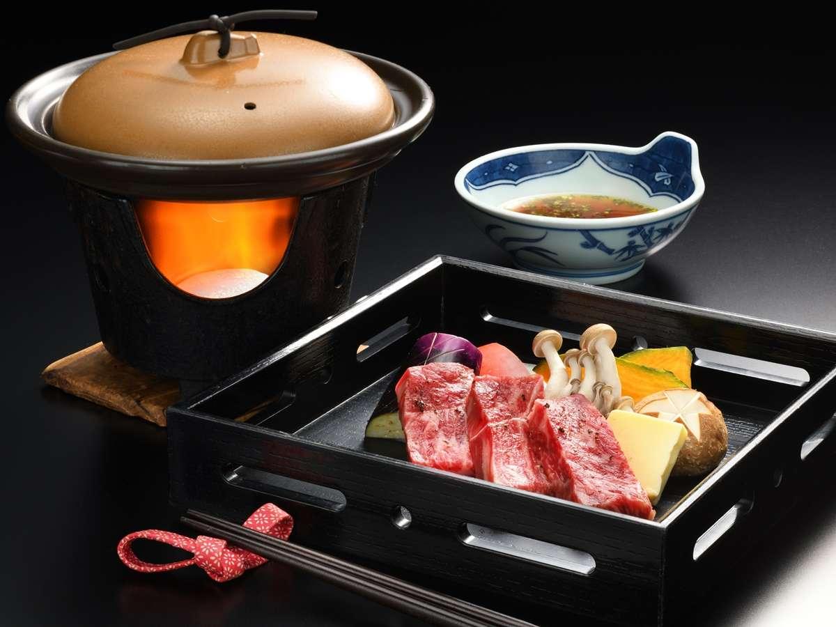 牛肉の陶板焼き. 厳選された柔らかい国産牛をご堪能下さい
