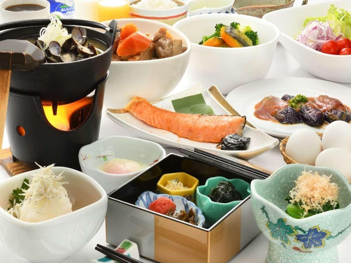 朝食は定番メニューのほか、季節のお惣菜や地元素材をご用意