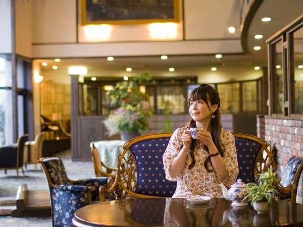 滝の流れる吹き抜けロビー。イタリア製の椅子に腰掛け美味しいコーヒーを飲み、優雅な時間を過ごす