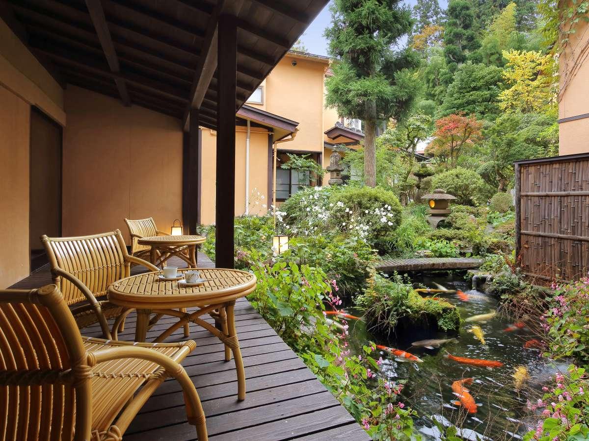 テラスから日本庭園を臨む