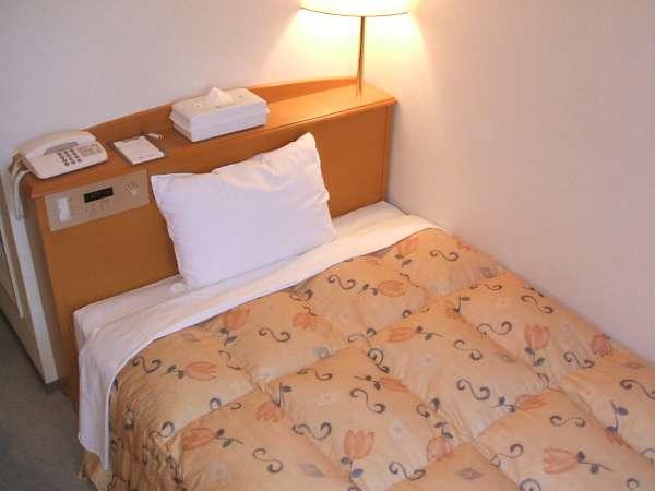ベッドは幅120cm。ゆとりのセミダブル。
