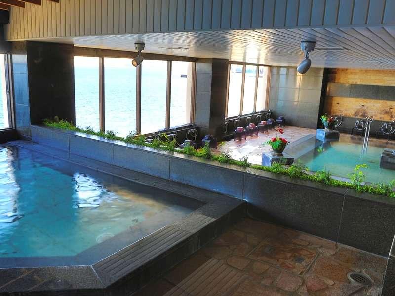 【大浴場】屋内型ながら海を一望のロケーション。