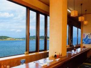 食事処の窓の外は海。飛び交うカモメを眺めながら、新鮮でボリュームたっぷりのお料理を楽しめます。