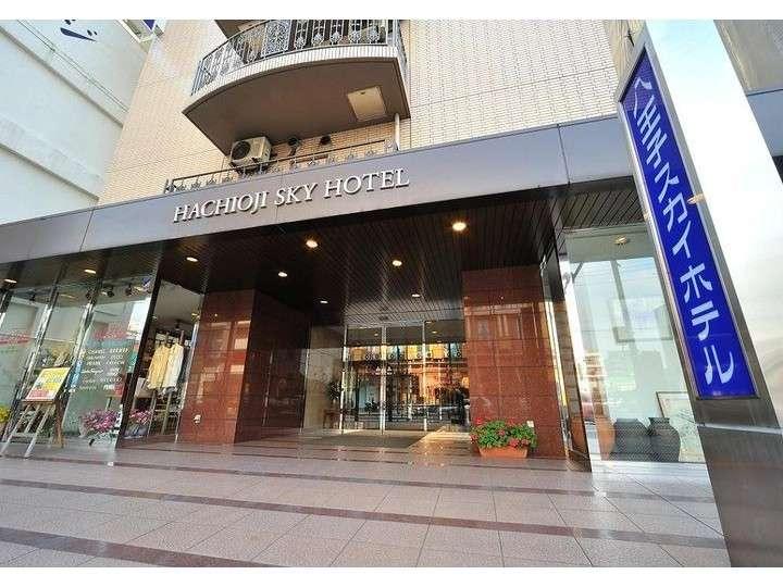 【ホテル玄関】当ホテルは20号線に面しています。ホテルの前には、バス停『八日町1丁目』がございます。