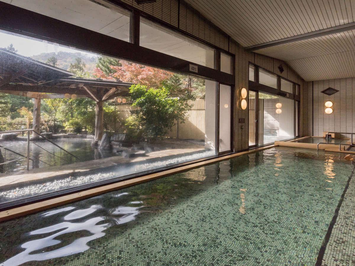【大浴場 紅葉の湯】180度窓に囲まれた、開放感ある大浴場。