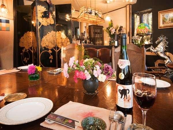 【本館レストラン】ステンドグラス、アーバンの灯りの中でゆっくりディナーを