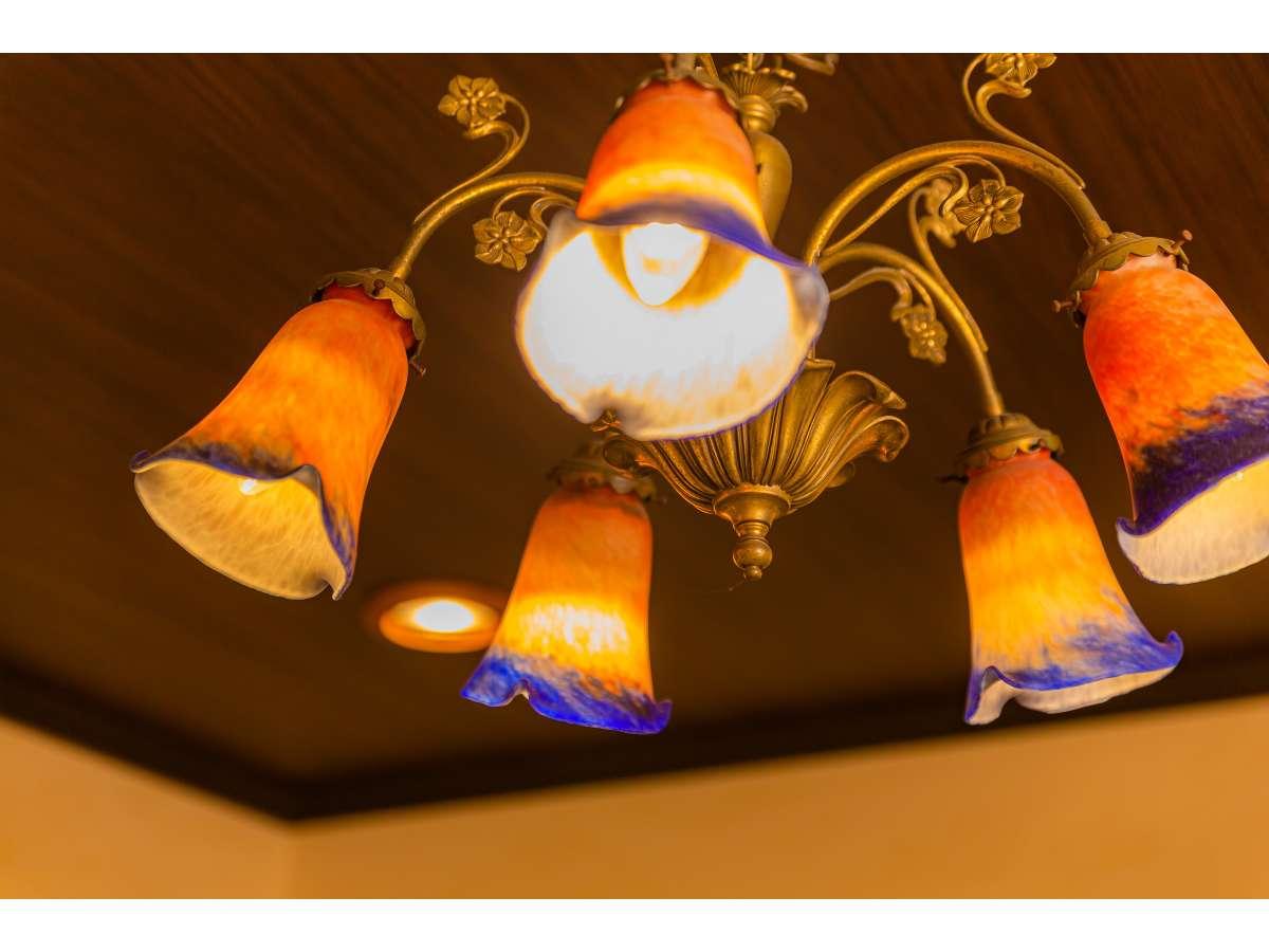 【月酔い】本館 露天風呂付和室 大正ロマンをイメージしたシャンデリア