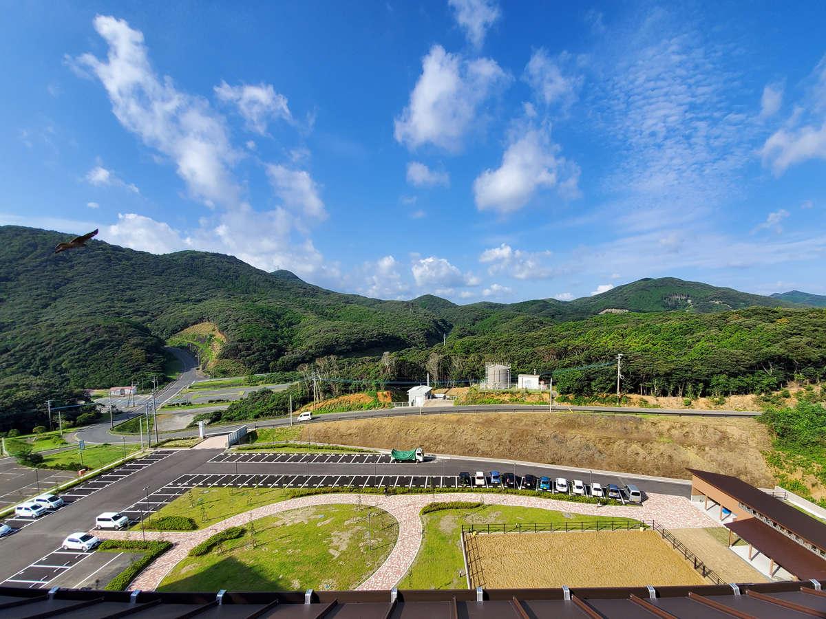 周囲は自然に囲まれ、施設内には厩舎もあります。