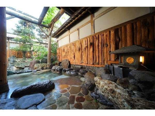男性用の露天風呂。清々しい空気を楽しんで!