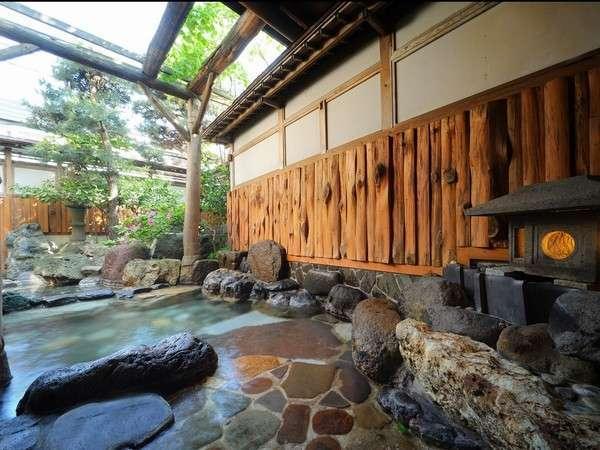 男性用露天風呂。すがすがしい空気を満喫できる