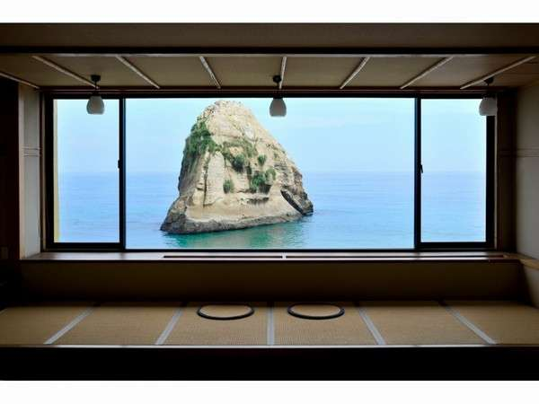 フロントからの眺め。大窓から見る景色は一枚の絵画のよう。