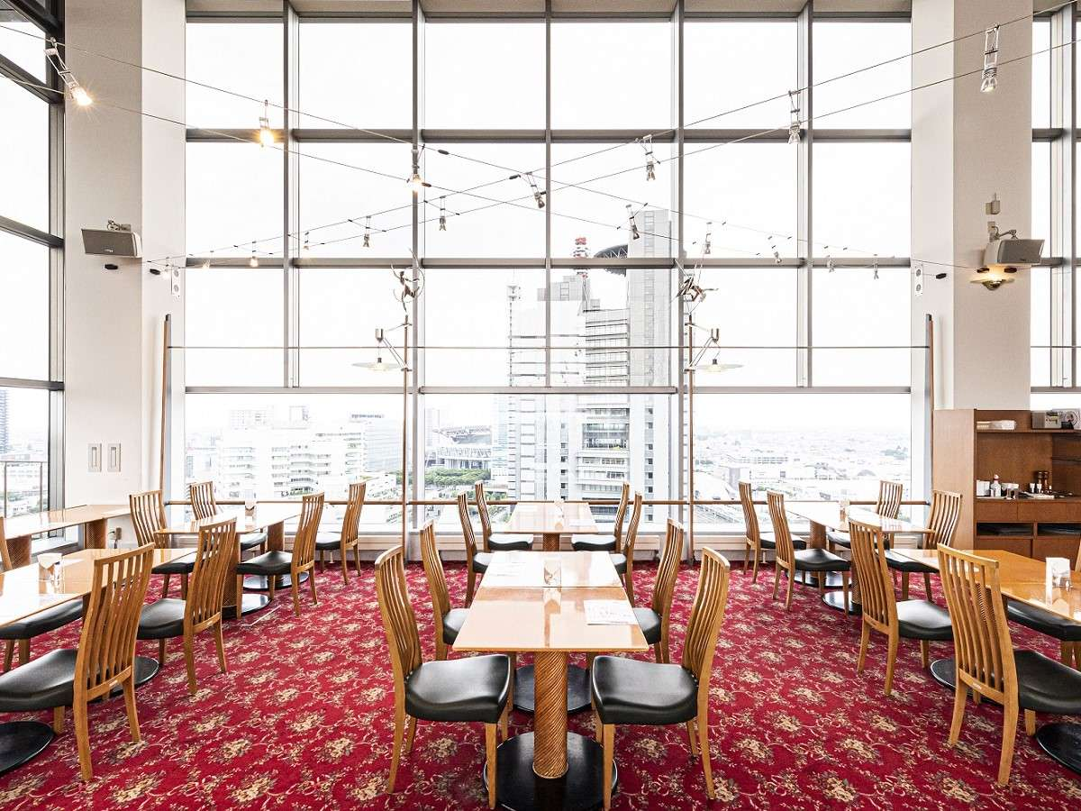 眺望レストラン「レガーロ」15階からの眺めをお楽しみください。