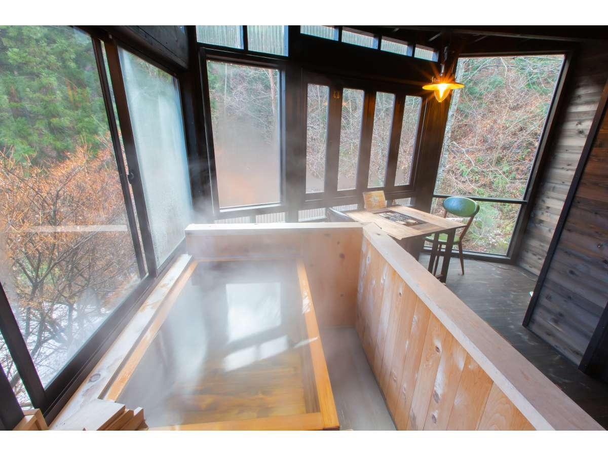 ベッドルームから続くお部屋付きテラス 5秒で行けるプライベート温泉 24時間源泉かけ流しです