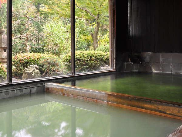 *古代檜風呂に背をもたれながら、かけ流しの緑湯